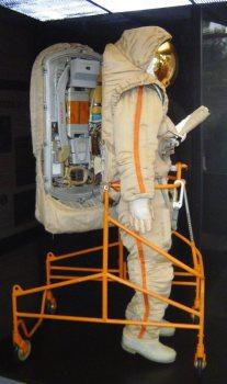 soviet moon space suit from side /Sowjetischer Mondraumanzug von der Seite